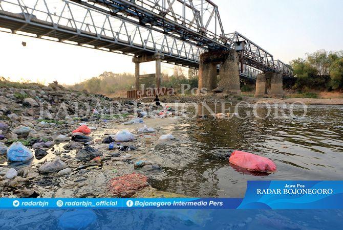 MENUMPUK: Sampah popok dan plastik masih menjadi problem di wilayah Bojonegoro. Seperti dalam foto (20/9/2019) lalu, di Bengawan Solo Kaliketek tampak banyak berserakan.
