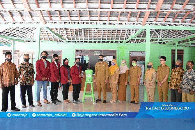 SUMRINGAH: Mahasiswa PMM UMM bersama para petinggidan warga desa Mojosari.