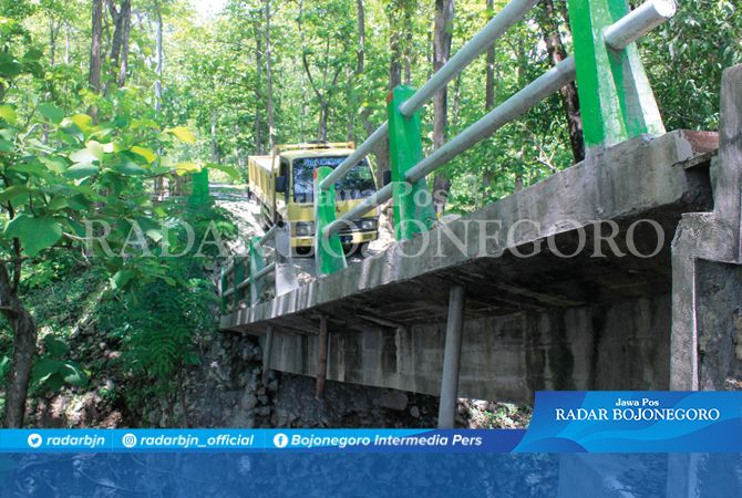 JEMBATAN MEMBAHAYAKAN: Jembatan menghubungkan Kecamatan Ngasem-Bubulan ambrol sejak Februari lalu, hingga kemarin (16/11) kondisinya masih membahayakan. Tahun ini sempat dilelang namun gagal, rencananya perbaikan tahun depan.