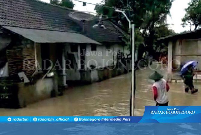 BANDANG: Banjir menerjang kawasan Gondang kemarin (10/1) Hingga malam air mulai surut.
