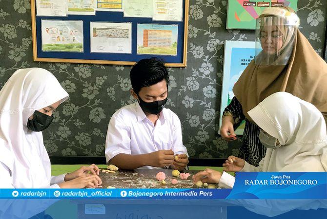 KBM LURING: Guru gunakan face shield agar bisa berkomunikasi dengan siswa-siswi SLB-B atau tunarungu