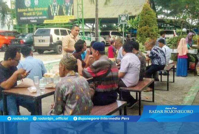 Makan gratis untuk jamaah salat Masjid Darusy Syafi RSNU Tuban.