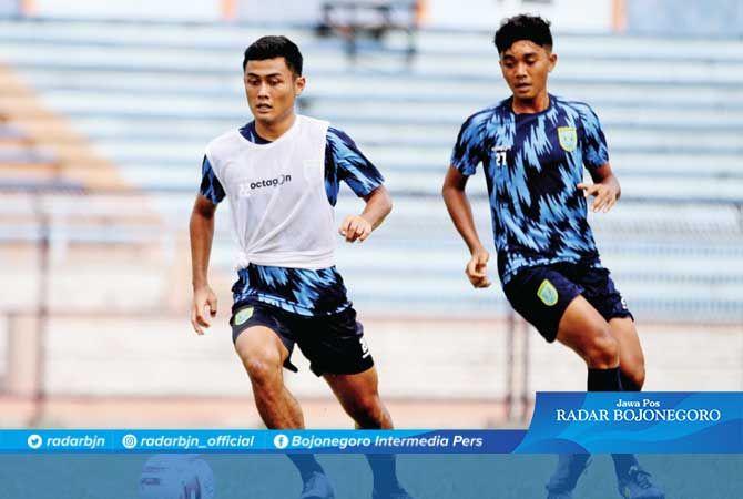 INGIN TAMBAH JAM TERBANG: Gelandang anyar Persela Adrianus Dwiki Arya Purnomo mengontrol bola dalam latihan di Stadion Surajaya Lamongan.