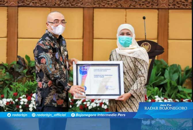 ENERGI POSITIF: Gubernur Jatim Khofifah Indar Parawansa menerima penghargaan BKN RI Award 2020. Penghargaan ini bentuk kinerja ASN di Jatim sesuai dengan tupoksinya.