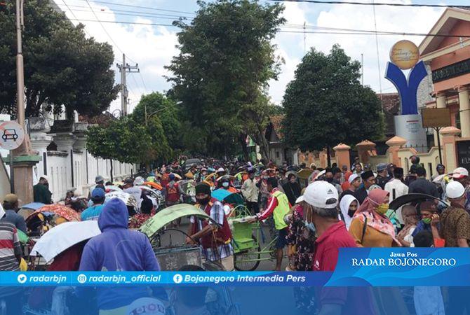 SAMBUT RAMADAN: Antrean becak yang memenuhi Jalan KH Mustain kemarin (4/4) siang.