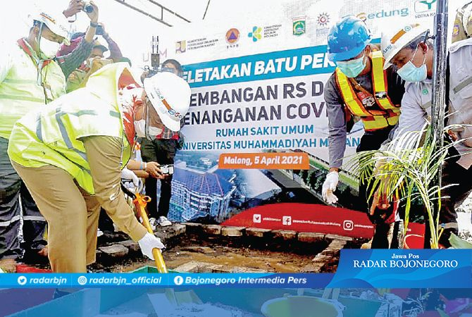 Bupati Malang, Drs. H. M. Sanusi, M.M. meletakkan batu pertama pembangunan RS Darurat penanganan Covid-19.