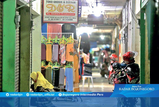 TUMPUAN EKONOMI: Lorong stan Pasar Kota sisi timur. Paguyuban pedagang mengeluh penerapan tarif sewa stan.