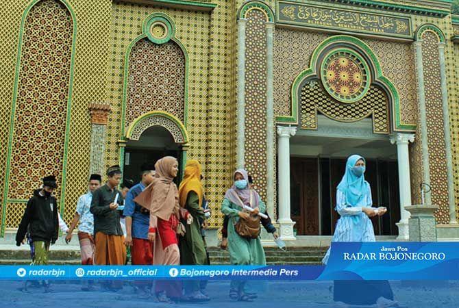 SAMBUT RAMADAN: Peziarah Makam Bejagunglor melintasi depan Masjid Syekh Asy'ari di Desa Bejagung, Kecamatan Semanding.