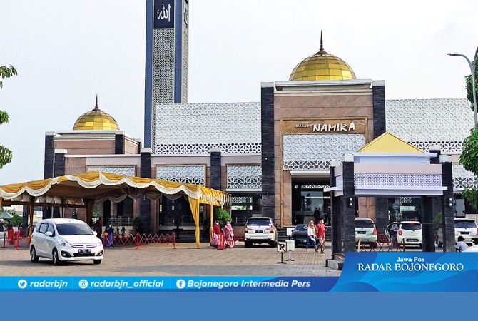 SIAP SAMBUT RAMADAN : Takmir Masjir Namira Lamongan mempersiapkan berbagai fasilitas ibadah menyambut Ramadan tahun ini.