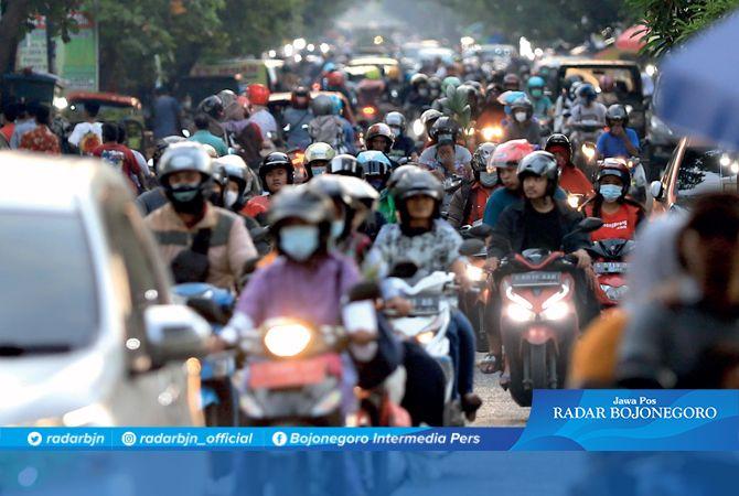 SENTRA EKONOMI: Suasana kepadatan di Jalan Pemuda, Bojonegoro kemarin sore. Jalan ini geliat ekonominya meningkat. Berderet pertokoan, swalayan, dan PKL.