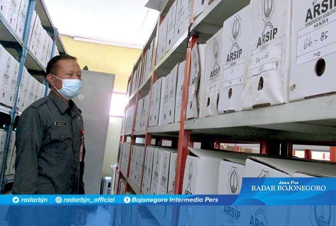 DOKUMEN: Kepala Dinas Perpustakaan dan Arsip Kamidin melihat ragam dokumen disimpan di kardus karton.