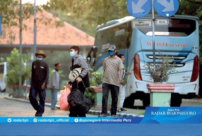 TIBA: Penumpang bus turun di Terminal Rajekwesi kemarin sore. Perlu antisipasi dan prokes cegah Covid-19.
