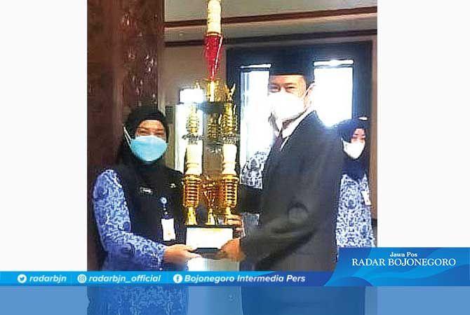 Penyerahan thropy juara umum sekolah tangguh oleh Bupati lamongan Yuhronur Efendi kepada Kepala SDN Made IV Lamongan, Amin Khusnul Khotimah.