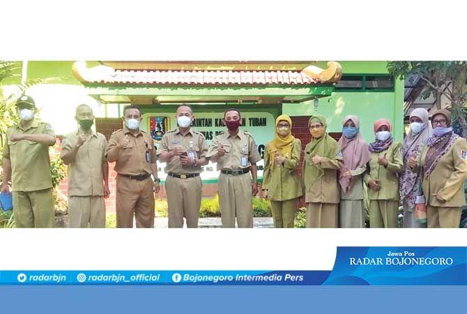 KOMITMEN MEMAJUKAN PENDIDIKAN: Pose bersama Kepala Dinas Pendidikan Kabupaten Tuban Nur Khamid dan Kepala SMPN 1 Plumpang Heri Kustomo serta dewan guru.