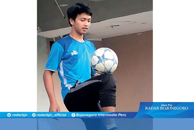 KREATIF: Konten freestyle sepak bola Hanroihan Zein di TikTok menjaring jutaan penonton.