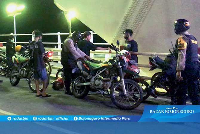 BIKIN BISING: Para pemotor berknalpot brong yang ditangkap kepolisian di kawasan Jembatan Sosrodilogo, Sabtu malam.