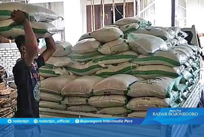 SIAP DISALURKAN KE KPM: Setelah dinyatakan layak, supplier mendistribusikan beras dan telur ke agen untuk disalurkan ke KPM.