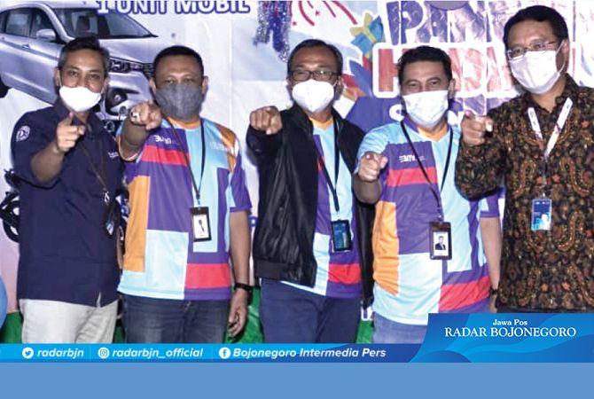 FOTO BERSAMA : Pemimpin Cabang BRI Lamongan, I Gede Dianarta ( tengah jaket hitam) foto bersama Jajaran manajemen BRI Lamongan usai pengundiaan Panen Hadiah Simpedes semester II tahun 2020.