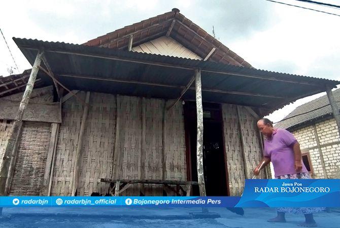 BUTUH SENTUHAN: Rumah berdinding bambu di Desa Simbatan, Kecamatan Kanor ini butuh sentuhan pemkab.