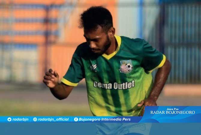 PUNYA POTENSI: Ibrahim Musa Kosepa berlatih mandiri di Stadion Surajaya Lamongan.