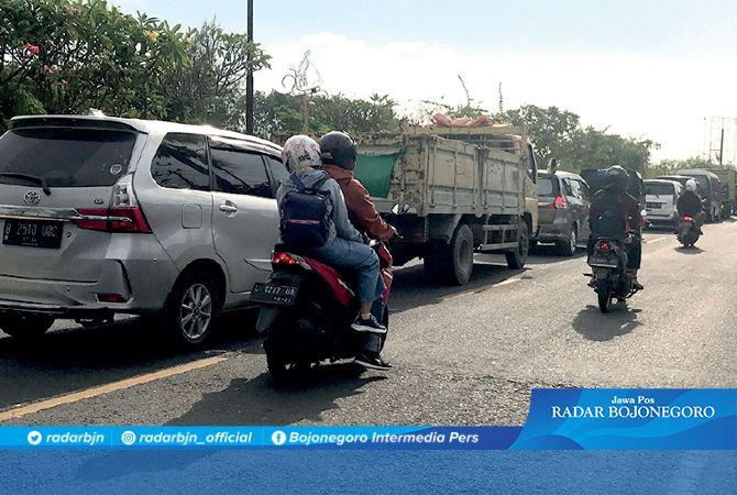 PERLU PENGATURAN: Macet terjadi di gapuran pintu masuk Jalan Ahmad Yani kemarin sore. Jelang Magrib, arus kembali lancar