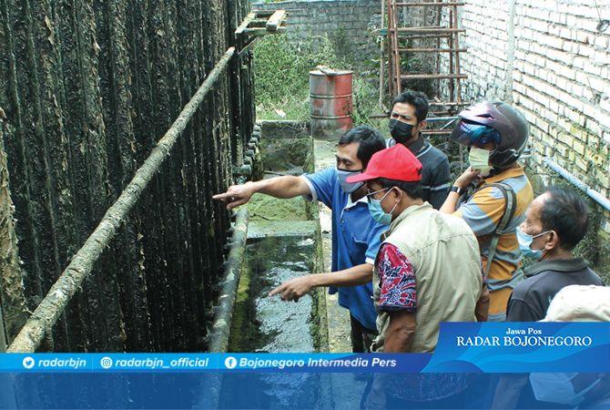 MERESAHKAN: Pabrik es PT Tirtojoyo di Desa Bektiharjo, Kecamatan Semanding yang mengalami kebocoran amonia dan mencemari sungai.