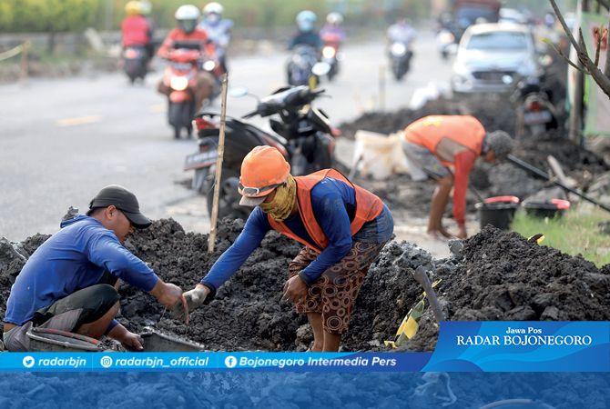 JARINGAN GAS: Seminggu ini Jalan Raya Bojonegoro-Kapas, sisi utara terdapat penggalian dan pemasangan pipa jargas. Meski kemarin hari libur, pengerjaan tetap berlangsung karena target tahun ini tuntas.