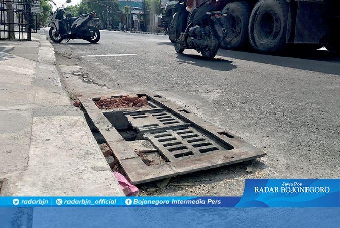 BERBAHAN BAJA: Grill drainase di Jalan Untung Suropati sisi timur mulai pecah dan berlubang. Grill ini titik saluran air menuju drainase.