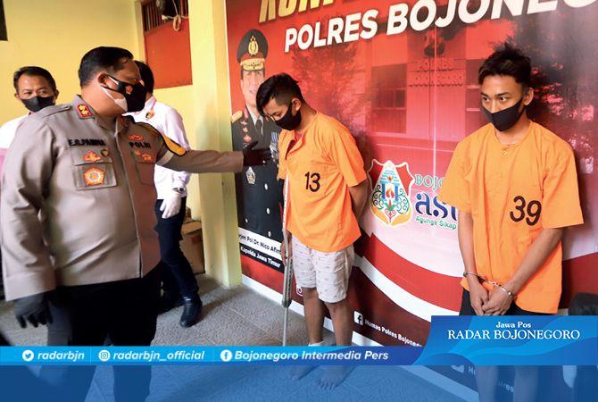 SEMPAT BURON: Dua tersangka di Mapolres Bojonegoro kemarin, keduanya sempat menjadi buron 50 hari.