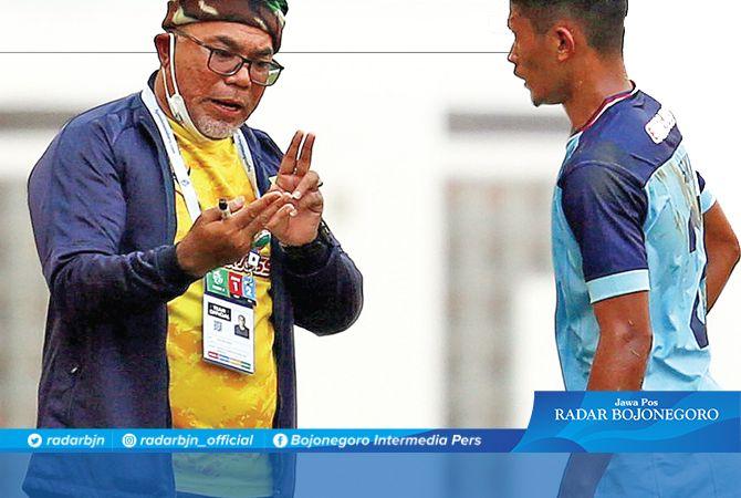 KEMBALI FOKUS : Head Coach Persela, Iwan Setiawan memberi arahan saat Persela menghadapi Persipura Jumat lalu (10/9). Laga selanjutnya Laskar Joko Tingkir akan menghadapi Persita Tangerang.