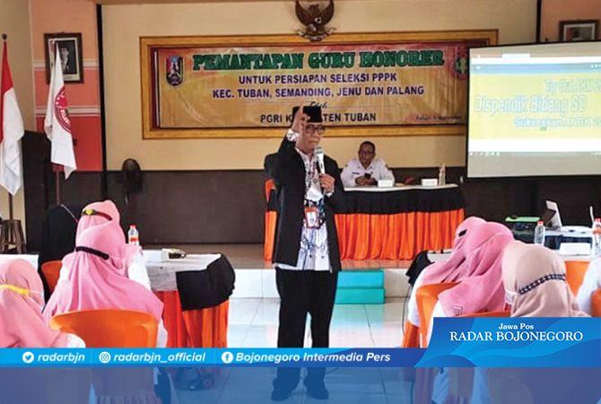 BANGUN SEMANGAT OPTIMISME: Ketua PGRI Tuban Witono, S.Pd., M.Pd. memberikan motivasi pada para guru honorer disela kegiatan bedah soal tes kompetensi PPPK.