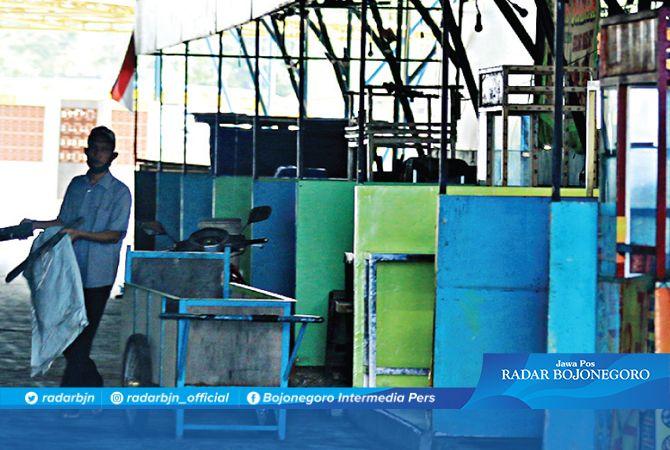 KALAH DENGAN PENJUAL DI TROTOAR: Sentra PKL di Jalan Andansari masih sepi. Paguyuban Pusat PKL Andansari meminta PKL – PKL di trotoar disentralkan.