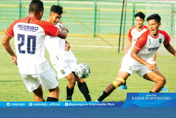 LATIHAN MENYERANG : Para pemain Persibo mulai mendapat materi latihan taktikal menyerang.