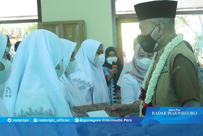 KEPEDULIAN KEPADA SISWA: Kepala Dinas Pendidikan Provinsi Jatim Dr. Ir. Wahid Wahyudi, MT memberikan santunan kepada sepuluh siswa SMKN 2 Tuban yang yatim-piatu dan tidak mampu.