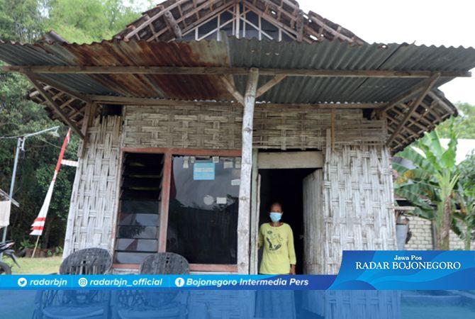 BELUM LAYAK HUNI: Rumah milik Sri Muasih, 52, warga Desa Simbatan, Kecamatan Kanor. Dana desa diarahkan pengurangan kemiskinan.