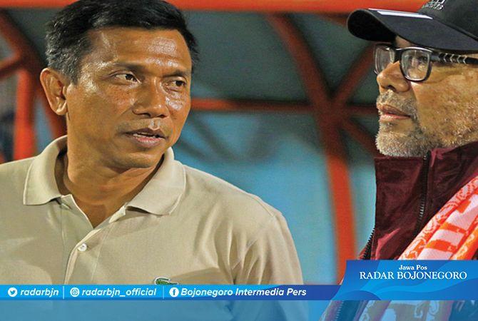 BERTEMU LAGI: Widodo C Putra (kiri) dan Iwan Setiawan ketika masih mengarsiteki Borneo FC. Nanti sore, keduanya bakal adu strategi di Stadion Pakansari Bogor. Iwan  mengarsiteki Persela dan Widodo menjadi juru racik Persita.
