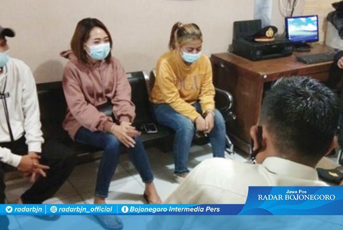 DIMINTAI KETERANGAN: Agis Irwanti (tengah berjaket oranye), pekerja tempat hiburan malam yang menabrak polisi hingga kritis dan meninggal.