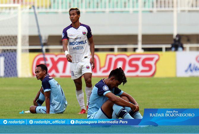 MENANG PEMAIN, KALAH HASIL: Dua pemain Persela duduk dengan wajah lesu setelah pertandingan karena dikalahkan Persita yang hanya bermain dengan sepuluh pemain kemarin sore di Stadion Pakansari Bogor.