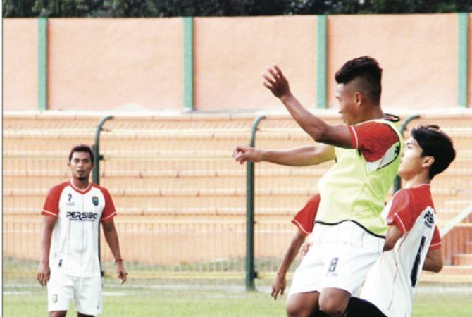TERUS LATIHAN : Para pemain Persibo terus digenjot latihan. Hingga kemarin (21/9) belum ditemukan kerangka tim.