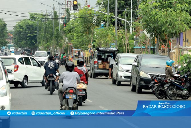 BERTAMBAH: Jalan Panglima Sudirman terlihat padat (22/9). Dishub menambah lagi jalan diberlakukan parkir satu sisi di empat jalan protokol.