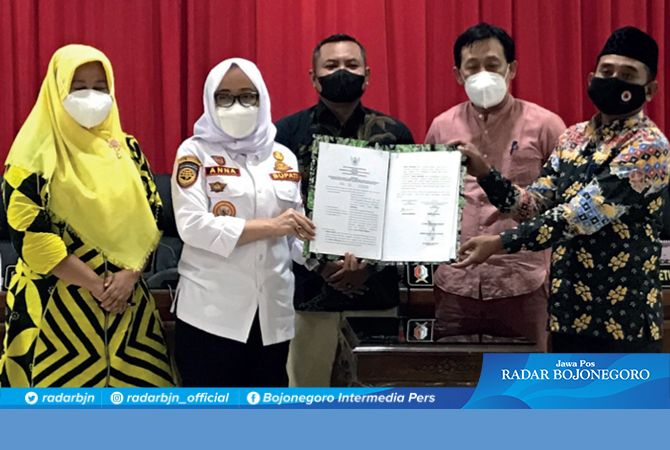SEPAKAT: Pimpinan DPRD Imam Sholikin, Sukur Priyanto, Wawan Kurnianto, Mitroatin bersama Bupati Anna Mu'awanah usai paripurna di DPRD tadi malam (23/9).
