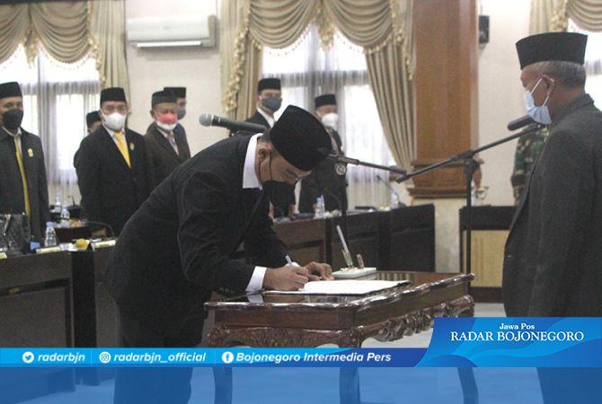 Penanda tanganan berita acara pelantikan Imam Sutiono, SH sebagai wakil ketua DPRD Tuban.