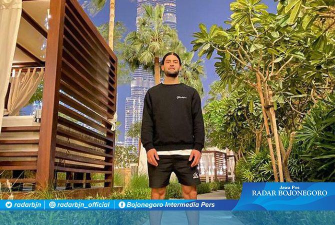 DIKABARKAN BERANGKAT TADI MALAM: Jabar Sharza ketika berfoto dengan latar belakang Burj Khalifa di Dubai, Uni Emirat Arab, awal tahun ini. Dia segera menuju Indonesia untuk bergabung dengan Persela.