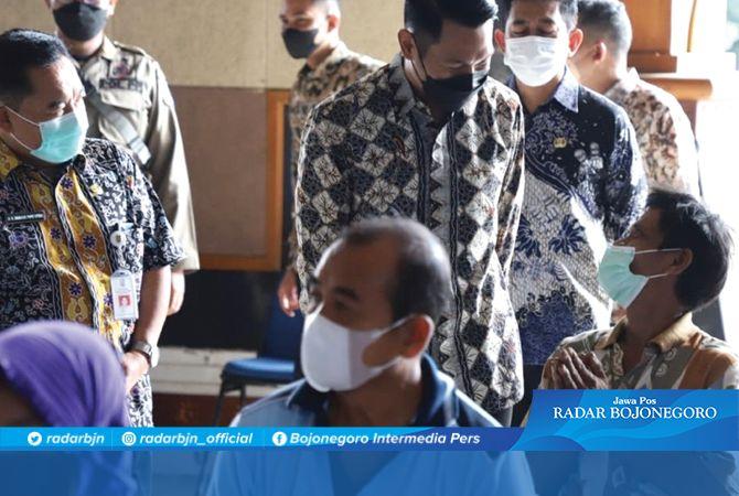 RAMAH: Bupati Aditya Halindra Faridzky, SE. didampingi Kepala Dinkes Tuban dr Bambang Priyo Utomo berdialog dengan warga yang mengikuti kegiatan vaksinasi di Pendapa Krida Manunggal Tuban.