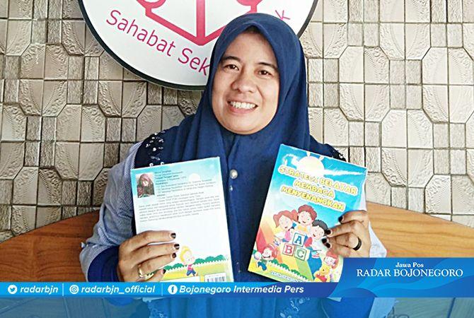 LEBIH BANYAK TULIS JURNAL: Yayuk Chayatun Machsunah menunjukkan buku hasil karyanya untuk pendidikan anak.