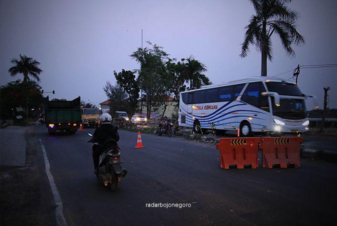 DIBERI PEMBATAS: Pengerjaan pengecoran jalan nasional di wilayah Kecamatan Deket bakal dimulai lagi hari ini (8/10).