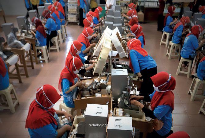 TEMBAKAU: Para pekerja melinting rokok SKT. Sektor ini menyerap ribuan pekerja, rerata perempuan.
