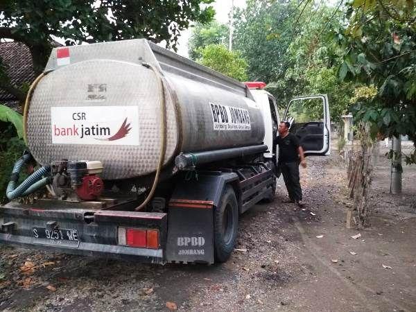 Armada air bersih milik BPBD Jombang saat berada di Desa Klitih, Kecamatan Plandaan