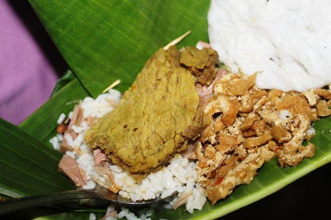 Tampilan nasi lodeh Mbok Semah lengkap dengan lauk daging sapi yang disajikan dalam wadah pincuk