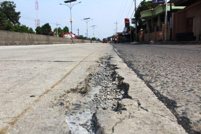 Salah satu titik kerusakan jalan cor di ruas Kecamatan Peterongan